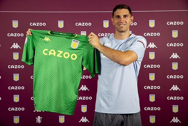 Aston Villa confirme la signature du gardien Emiliano Martinez pour 16 millions de livres sterling d'Arsenal (Photos)