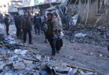 « Les Forces américaines ont mené une frappe contre un groupe de hauts responsables d'al-Qaïda en Syrie qui s'étaient réunis près d'Idleb, a indiqué le commandant Beth Riordan, porte-parole du commandement central de l'armée américaine (Centcom). L'élimination de ces dirigeants d'Al-Qaïda en Syrie va réduire la capacité de l'organisation terroriste à planifier et à mener des attentats menaçant les citoyens américains, nos partenaires et les civils innocents. » La porte-parole américaine n'a pas précisé le nombre de morts. Selon l'OSDH, une ONG basée en Grande-Bretagne, la frappe de drone a visé un rassemblement de jihadistes dans le village de Jakara près de Salqin, dans la province d'Idleb. C'est le dernier bastion hostile au régime du président syrien Bachar al-Assad qui abrite des groupes jihadistes et rebelles menés par Hayat Tahrir al-Cham (HTS), l'ex-branche syrienne d'Al-Qaïda qui domine les zones insurgées. D'après le directeur de l'OSDH, Rami Abdel Rahman, cinq ressortissants étrangers figuraient parmi les jihadistes tués jeudi mais leur nationalité n'est pas établie. Parmi les 11 commandants tués dans la frappe de drone, deux appartenaient au HTS, a-t-il ajouté. Ebaa, l'organe de propagande du HTS, a indiqué de son côté qu'une frappe avait visé « une tente appartenant à l'un des dignitaires » à Jakara, faisant plusieurs morts. L'assassin du professeur de Conflans en lien avec un jihadiste d'Idleb Newsletter Recevez toute l'actualité internationale directement dans votre boite mail Je m'abonne La frappe intervient alors qu'en France, l'assassin du professeur tué par un islamiste tchétchène pour avoir montré des caricatures de Mahomet à ses élèves, était en contact avec un jihadiste russophone en Syrie avant son acte. L'identité de ce jihadiste n'a pas été établie à ce stade, a indiqué une source proche du dossier. Selon le journal Le Parisien, cette personne localisée grâce à son adresse informatique IP serait basée à Idleb. La région accueille des milliers