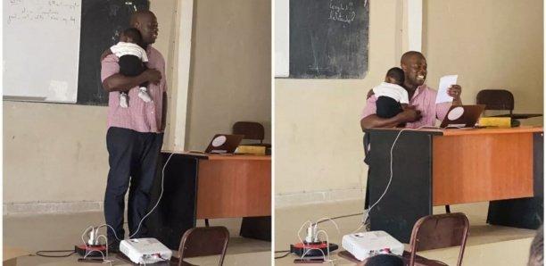 Un professeur porte le bébé d'une élève pour