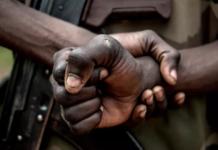 Deux jours après l'attaque d'un poste frontalier par l'armée centrafricaine, Bangui joue l'apaisement. Une délégation conduite par la ministre des Affaires étrangères, Sylvie Baïpo Temon, a été reçue, mardi 1er juin, à Ndjamena par le président du Conseil militaire de transition et les deux pays ont convenu de la mise en place d'une commission d'enquête internationale pour clarifier les circonstances de cette attaque. PUBLICITÉ La Centrafrique a condamné « fermement » l'attaque par son armée d'un poste frontalier en territoire tchadien qui a causé, dimanche 30 mai, la mort de six soldats tchadiens, dont cinq « enlevés et exécutés », lors d'une rencontre mardi soir à Ndjamena entre les chefs de la diplomatie des deux pays. Les deux parties « ont souligné l'urgence d'élucider les circonstances dans lesquelles cette attaque a été opérée », selon un communiqué conjoint. La délégation centrafricaine a été reçue aussitôt après son arrivée par le président du Conseil militaire de transition à qui elle a remis un message. Ensuite, les deux délégations composées des ministres des Affaires étrangères, de la Défense et de la Sécurité ont eu une séance de travail, rapporte notre correspondant dans la capitale tchadienne, Madjiasra Nako. En plus des excuses présentées par la délégation centrafricaine, les deux pays « ont convenu de la mise en place d'une commission d'enquête internationale indépendante et impartiale » composée des Nations unies et des organisations régionales qui se déploiera sur le terrain pour établir les faits et déposer un rapport qui situera les responsabilités. Selon des observateurs, Bangui, qui joue profil bas depuis l'attaque de dimanche, a réussi à faire tomber le thermomètre, surtout que Ndjamena n'était même pas disposé à accueillir la délégation centrafricaine. Il a fallu la médiation de pays amis pour que le Tchad privilégie la voie diplomatique.