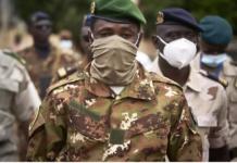 Deux semaines jour pour jour après son second coup d'État en neuf mois, le colonel Assimi Goïta prête serment ce lundi 7 juin à Bamako, au Centre international de conférences. C'est devant la Cour suprême qu'il sera investi comme chef de l'État. PUBLICITÉ Avec notre correspondant à Bamako, Serge Daniel Les faits et gestes du colonel Assimi Goïta seront scrutés à la loupe ce lundi. Portera-t-il, pour la cérémonie, son célèbre treillis beige et kaki ou sera-t-il dans un costume strict ? Son discours est également attendu après la prestation de serment. La communauté internationale attend de lui une clarification sur la durée de la transition. Dans son communiqué annonçant la destitution du président de transition Bah N'Daw et son Premier ministre, Assimi Goïta avait annoncé les élections générales pour 2022. Va-t-il aujourd'hui préciser le calendrier qui prévoit le scrutin pour fin février 2022 comme le souhaitent plusieurs pays dont la France ? Pour ce que certains appellent « le grand oral » du colonel Goïta, plusieurs pays européens seront représentés, mais pas au niveau des ambassadeurs. En langage diplomatique, cela veut dire : « Nous ne sommes toujours pas rassurés, nous attendons de voir la suite. » Mais le nouveau président de la transition pourra reconnaître, parmi les présents à sa cérémonie d'investiture, les cheveux rares et blancs de El-Ghassim Wane, nouveau représentant spécial du secrétaire général des Nations unies au Mali. Là, il s'agit de signe de neutralité. La question du calendrier électoral préoccupe Cette nomination fait du colonel le dirigeant officiel du Mali, et suscite beaucoup d'espoir chez la population, constate notre envoyé spécial à Bamako, Sidy Yansané. Désormais, les citoyens attendent de cette nouvelle équipe qu'elle restaure l'unité du Mali. Newsletter Recevez toute l'actualité internationale directement dans votre boite mail Je m'abonne « Nous voulons que le Premier ministre et le président s'entendent bien pour le bonheur et l'int