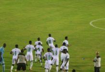 Dans le cadre des journées FIFA, le Sénégal a livré son premier match contre la Zambie ce soir. Les Lions de la Teranga se sont imposés sur un score intéressant de 3-1 face aux Chipolopolos. Ce soir au Stade Lat Dior de Thiès, le Sénégal a affiché un meilleur visage que toutes ces récentes sorties. Très vite dans cette rencontre devant son public, l'équipe d'Aliou Cissé mène les premières offensives. 22 minutes seulement après le coup d'envoi, la défense zambienne commet l'irréparable sur une séquence offensive sénégalaise. L'arbitre de la partie désigne le point de penalty. Sadio Mané prend ses responsabilités et ouvre la marque pour le Sénégal. Huit minutes seulement plus tard, le Sénégal mène une nouvelle offensive dangereuse sur le côté gauche. Ismaïla Sarr retrouve Krépin Diatta seul au point de pénalty. Ce dernier porte le compteur du Sénégal à 2-0. Et comme pour crucifier les Chipolopolos, Ismaïla Sarr sur une passe lumineuse de Sadio Mané, décroche à la 45è minute une lourde frappe dans la surface de réparation qui finit dans les buts gardés par Lameck Siame. 3-0, c'est le score qui sanctionne le premier acte de la partie. Au retour des vestiaires, le Sénégal peine à concrétiser. Aliou Cissé fait entrer Keita Baldé, Famara Diedhiou, Cheikhou Kouyaté et même Joseph Lopy pour apporter la fraîcheur physique. Toutefois, le Sénégal ne fera plus des merveilles. Côté zambien, ça joue beaucoup plus en deuxième mi-temps. Avec comme bonus, un but de Dominic Chanda à la 53è minute pour réduire la marque. 3-1, c'est donc le score qui vient sanctionner cette exhibition entre les deux nations africaines. La Zambie tentera de corriger le tir face au Bénin dans quelques jours à Cotonou tandis que le Sénégal doit gagner le Cap-Vert dans trois jours au Lat Dior de Thiès pour confirmer sa bonne forme avant les éliminatoires de la Coupe du Monde Qatar 2022 dans la zone Afrique