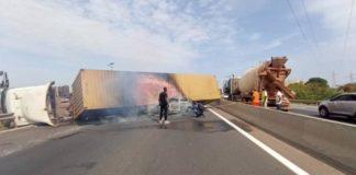 """iGFM - (Dakar) Un violent accident s'est actuellement produit sur l'autoroute à péage. Occasionnant des bouchons monstres. Les embouteillages sont actuellement monstres sur l'autoroute à péage. En effet, un camion gros porteur, qui transportait un conteneur, s'est renversé au milieu de la route. Il a écrasé un véhicule particulier. Heureusement, aucun des 4 occupants de la petite voiture n'a perdu la vie. Un seul blessé a été enregistré. Le concessionnaire de l'autoroute, la SECAA, informe qu'un contournement provisoire est mis en place à hauteur du pont de Keur Ndiaye Lo, à la sortie 10. «Les opérations de levage sont en cours. Nous vous tiendrons informés du retour à la normale», indiquent-ils. """"La petite voiture voulait prendre la sortie de Rufisque. Elle nous a doublé pour prendre la sortie, puis le conducteur a freiné devant nous. Si je n'avais pas dévié je serais passé sur lui et il y aurait eu mort d'homme. Parce qu'il y avait 4 personnes dedans. Mais j'ai manœuvré pour éviter les dégâts humains et le conteneur est tombé"""", a déclaré, à la Rfm, le conducteur du camion. Mis à jour 13h 28"""
